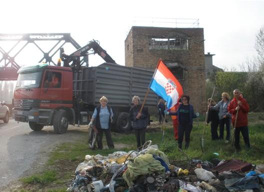 Čišćenje divljih odlagališta u Lađarskoj ulici